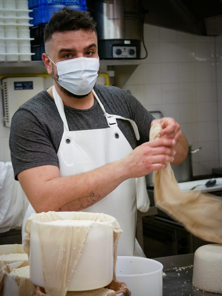 Antoine travaille sept jours sur sept, mais il est passionné par son métier.