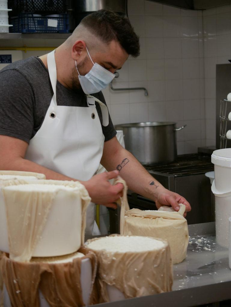Antoine est un vrai passionné de fromages, il les a même tatoués sur son avant-bras.