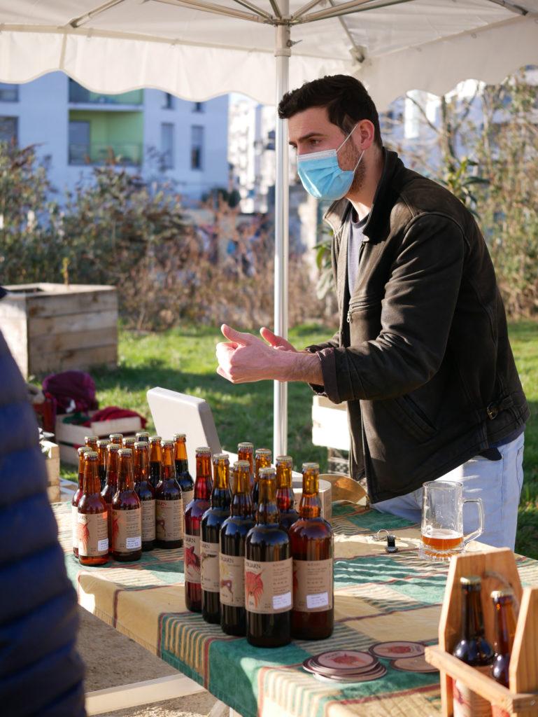 Brieg en train d'expliquer aux clients leurs différentes  bières.