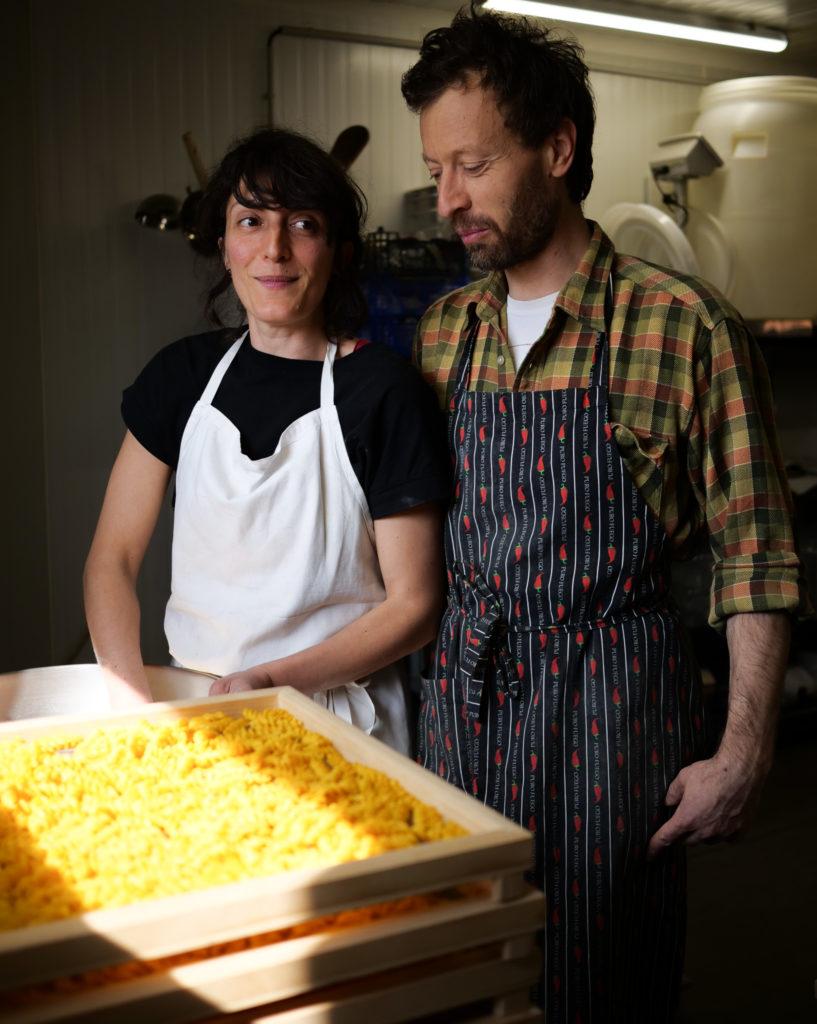 Madda et Giacomo dans leur laboratoire, à Vignoc.