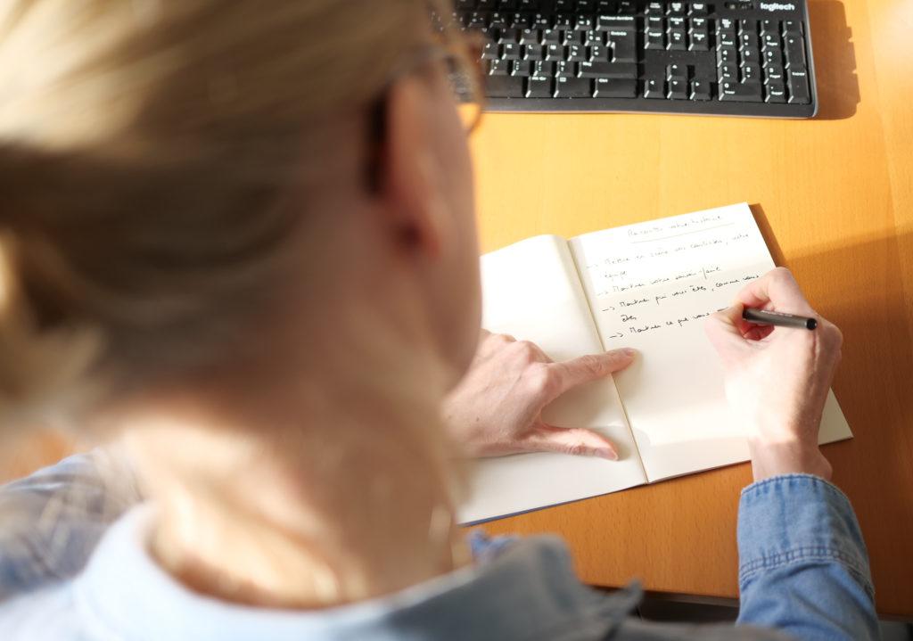 Kathleen en train d'écrire